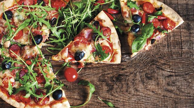 Damit machen Bäcker nichts falsch: Salate und Pizza sind bei Verbrauchern weiterhin gefragt. (Quelle: Fotolia/Archiv)