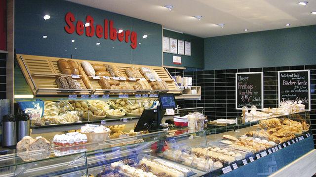 Thekenvielfalt: Brotsorten, Brötchen, Croissants, große Kuchenvielfalt bis zu warmen Gerichten. (Quelle: Hoenig)
