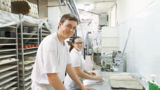 Cornelia Hüttl und Alexander Bichler waren für ein Auslandspraktikum vier Wochen in einer Bio-Bäckerei in Sevilla. (Quelle: privat)