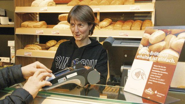"""Nicole Potthoff und ihr Team fragen nun beim Verkaufen auch bei Mini-Beträgen: """"Bar oder mit Karte?"""" (Quelle: Heck)"""