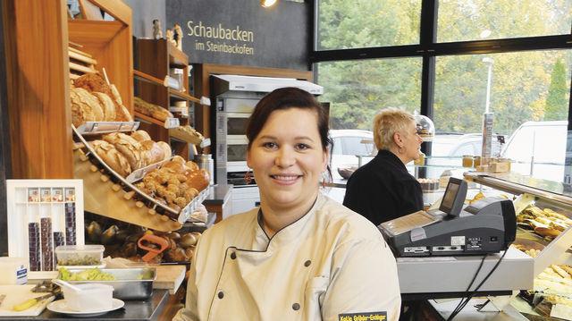 Katja Grünler-Erchinger mit kleinen Törtchen als große Renner. (Quelle: Blath)