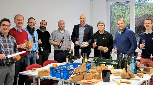 Die Arbeitsgruppe der Brot- und Wein-Sommeliers bei der Verkostung verschiedener Brotsorten und deutscher Weine. (Quelle: Deutsches Brotinstitut)