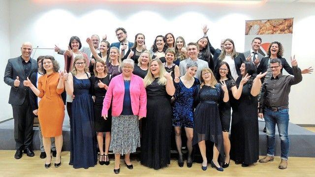 Die Verkaufsleiterinnen 2017 der Bundesakademie Weinheim mit Mitgliedern der Prüfungskommission und der HWK bei der Abschlussfeier.   (Quelle: Akademie Weinheim)