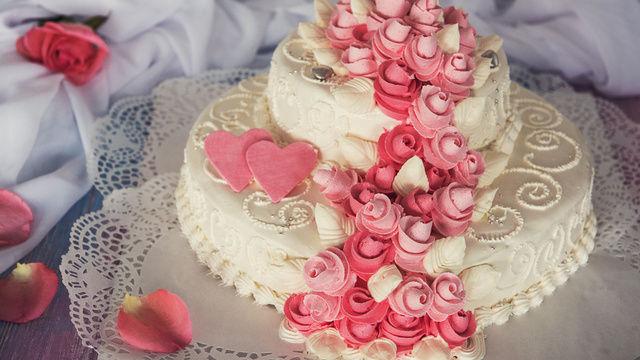 Prozessgegenstand: Da sie sich geweigert haben, die Hochzeitstorte für ein lesbisches Paar zu backen, soll ein Bäckerpaar in den USA 135.000 Dollar Strafe bezahlen. (Quelle: Fotolia)