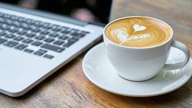 Arbeiten im Café kann hilfreich für die Produktivität bei der Arbeit sein. (Quelle: pixabay.com/ Engin_Akyurt)