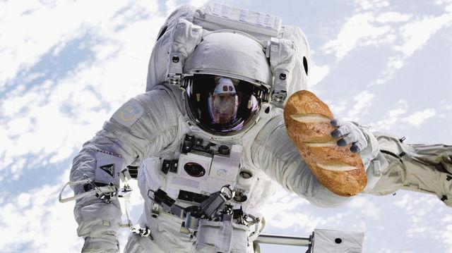 So stellt sich die NASA im All den Astronauten mit frischem Brot vor – an der Realisierung wird derzeit gebastelt. Die Versuche mit Brötchen im mikrowellengroßen Ofen laufen noch. (Quelle: NASA/Luethen/TTZ)