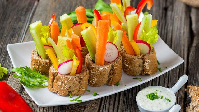Vegetarischer Snack: Brot, Gemüse und Dipp.  (Quelle: Fotolia)