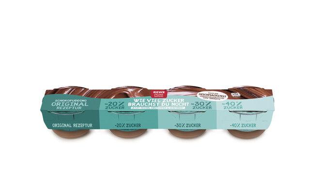 So sieht die Puddingpackung mit unterschiedlichem Zuckeranteil aus, die Rewe ab 15. Januar seinen Kunden anbietet. (Quelle: Unternehmen)