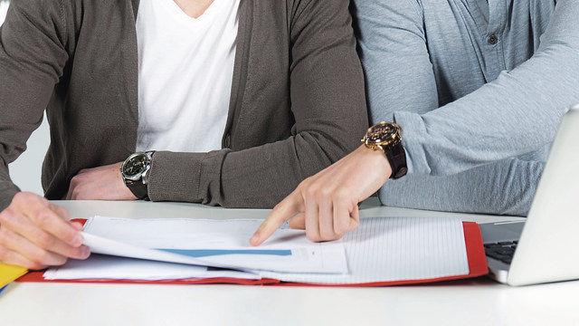 Bei schulischen Problemen kann der Nachhilfelehrer dem Azubi den Weg  aus den Schwierigkeiten zeigen. (Quelle: Fotolia)