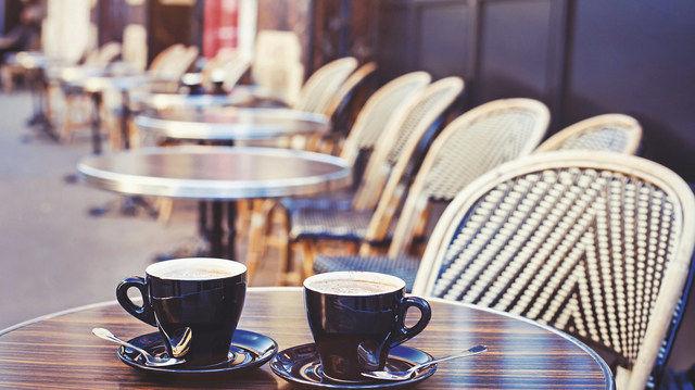 Bei angenehmen Wetterbedingungen wollen die meisten Gäste im Freien sitzen. Damit sie dies genießen können, muss die Bäckerei ein Konzept erarbeiten, das von der Bequemlichkeit bis zum Wetterschutz alles beinhaltet. (Quelle: Fotolia)