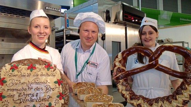 Ein tolles Team mit leckeren Backofferten (v.l.): Bäcker-Nationalmannschaftsmitglied Tanja Angstberger, Fachschullehrer Christian Mohr und Bäckerazubi Natascha Jozic.   (Quelle: Schlag)