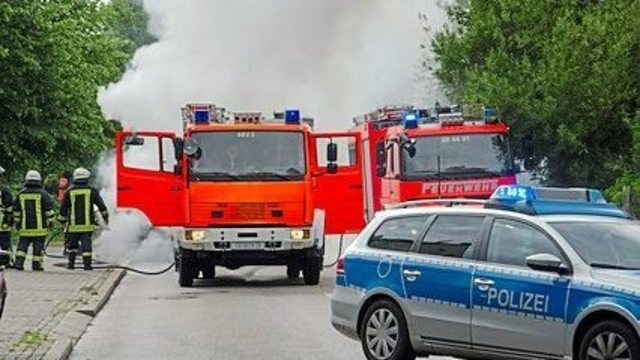 Die Feuerwehr musste den Brand mittels Schaum bekämpfen. (Quelle: Symbolfoto: Fotolia)