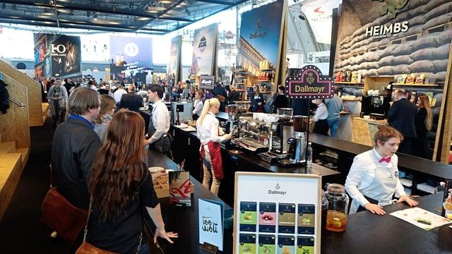 """Full House in der """"Kaffee-Halle""""  8:  mit namhaften Ausstellern und zahlreichen Besuchern – auch aus dem Bäckerhandwerk.   (Quelle: Wolf)"""