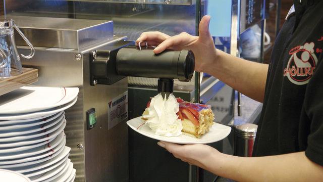 Die Sahne wird direkt am Kuchen portioniert. (Quelle: Archiv/Kauffmann)