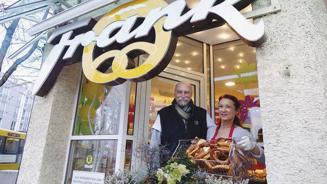 Brezeln satt: Rita und Thomas Frank mit dem Aushängeschild ihres Unternehmens in Stuttgart-Bad-Cannstatt. (Quelle: Wolf)