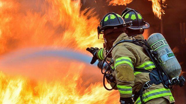 Rund 70 Feuerwehrleute bekämpften den Bäckereibrand. (Quelle: pixabay.com/skeeze)