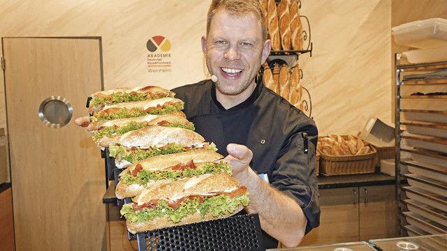 Bei Fachdemonstrationen wie hier mit Snackberater Lars Bittner wird auf der Messe unter anderem gezeigt, wie Bäcker mit Snacks noch besser ins Geschäft kommen. (Quelle: Archiv/Wolf)
