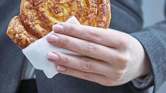 Käse-Schnecke auf die Hand (Quelle: SYSTEM)