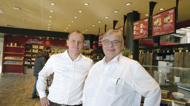 Verkaufsleiter Hendrik Rexin (links), Geschäftsführer Eckhardt Schütz: Ein Drittel des Umsatzes erwirtschaftet das Unternehmen mit Snacks und Kaffee. (Quelle: Hoenig)