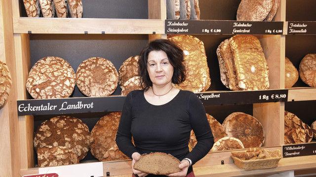 Geschäftsführerin Sabine Teich setzt auf ausgesuchte Brotsorten. Die Wurst und den Käse für die belegten Brote verkauft sie auch im Laden. (Quelle: Pröll)