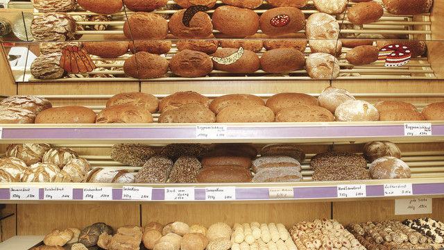 Das Brotregal mit der großen Brotauswahl, Brötchen und Feingebäcken macht neben Kuchen und kleinen Torten das Sortiment aus. (Quelle: Schwittay)