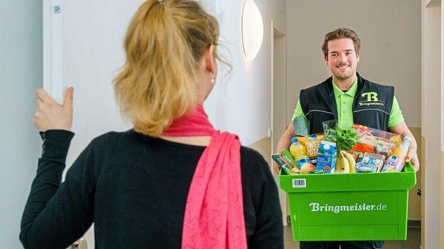 In Berlin und München werden die im Flugzeug bestellten Lebensmittel bis nach Hause geliefert. (Quelle: Edeka)