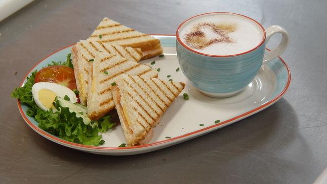 Kaffee und Snacks rund um das Backwarensortiment, damit punkten Bäcker als Foodservice-Anbieter.   (Quelle: Archiv/Kauffmann)