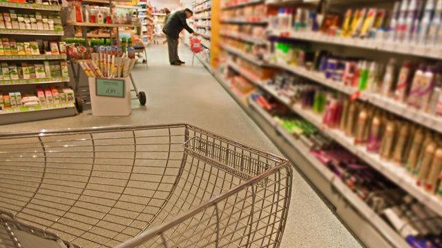 Verbraucher versorgen sich in Drogerien zunehmend auch mit süßen und salzigen Snacks.   (Quelle: Fotolia/Starpics)