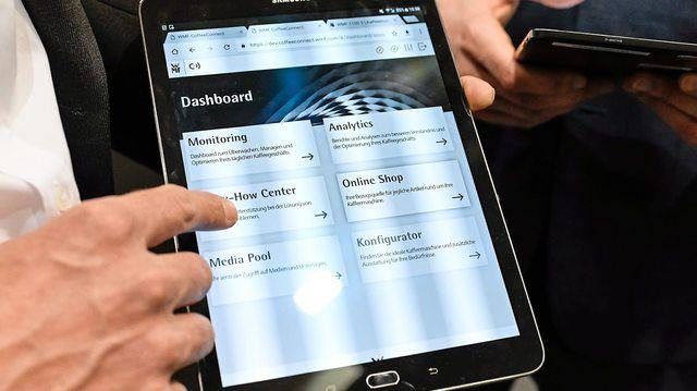 Per Tablet kann auf die Daten der Kaffeemaschinen zugegriffen werden. (Quelle: Hersteller/WMF)