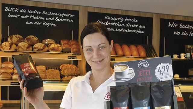 Kirsten Buck zeigt das Thekendisplay, in dem drei verschiedene Röstungen des hauseigenen Kaffees angeboten werden. (Quelle: MRM)