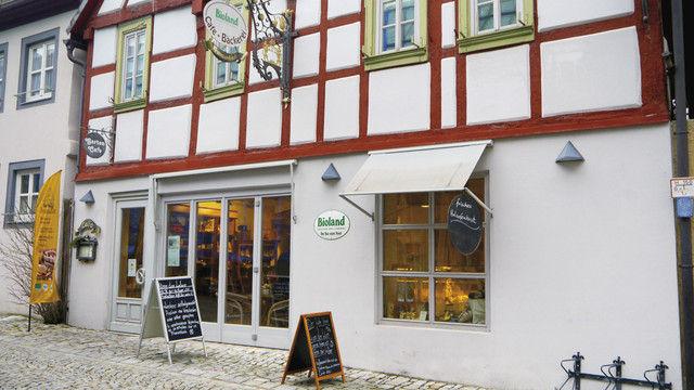 Die Fassade mit der großen Glasfront bietet den Blick in das Café. (Quelle: Burger)