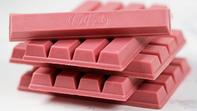 Rosa und fruchtig: Die Innovation Riegel mit Ruby-Schokolade kommt für ganz Europa aus Hamburg.  (Quelle: KitKat)
