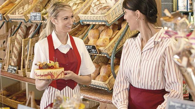 Für Kunden spielt der optische Auftritt des Personals bei der Kaufentscheidung eine Rolle. Die Mitarbeiterinnen müssen sich in ihrer Kleidung wohlfühlen, um sympathisch zu wirken. (Quelle: Mewa)