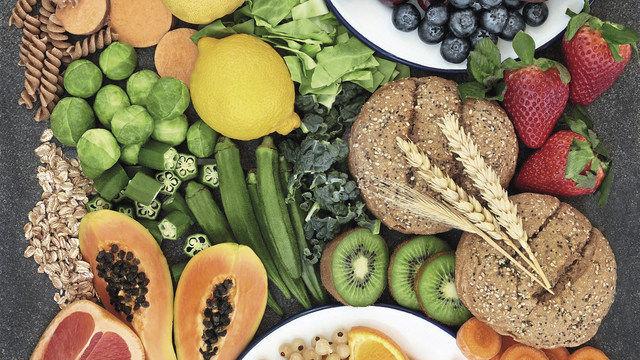 Naturbelassene oder nur wenig verarbeitete Lebensmittel gehören mit auf den Ernährungsplan der Clean Eating-Bewegung. (Quelle: Fotolia/MarylinBarbone)