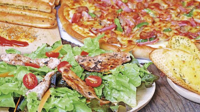 Pizza, Salat, geröstetes Baguette: Mit solchen Angeboten neben den klassischen Snacks kurbeln Bäcker ihr Gastrogeschäft zwischen mittags und abends an. (Quelle: Shutterstock/Sahachatz)