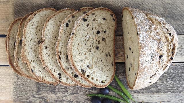 Glutenfrei ohne Verzicht: In diese Kategorie fallen Brote wie dieses mit Oliven und Peperoni. (Quelle: Flour Rebels)
