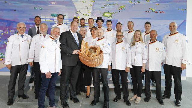 Zum Tag des Brotes: Mitglieder der Bäcker-Nationalmannschaft und Vertreter des Zentralverbandes überreichen dem Chef des Bundeskanzleramts, Helge Braun, einen Brotkorb. (Quelle: ZV)