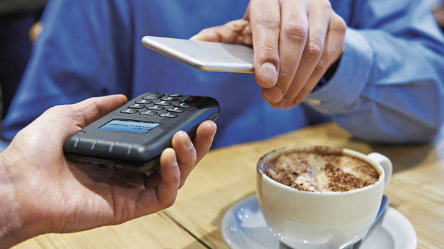 Drüberhalten und fertig: digital bezahlen per NFC. (Quelle: Fotolia/highwaystarz)