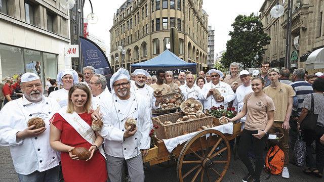 Da fühlen sich die Bäcker wohl: Gruppenbild beim Aktionstag in Köln mit der rheinisch-westfälischen Brotkönigin. (Quelle: Verband)