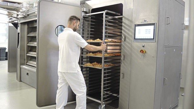 Ausfahren wie beim Stikkenofen: In der Vakuumkühlanlage werden ofenheiße Backwaren innerhalb von wenigen Minuten abgekühlt. (Quelle: Aston Foods)