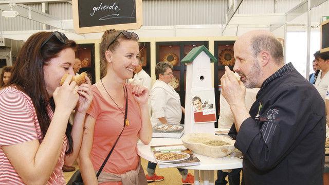 Siegfried Brenneis animiert die Besucher, die Produkte aus Urkorn-Getreide mit allen Sinnen zu erleben. (Quelle: Innung)