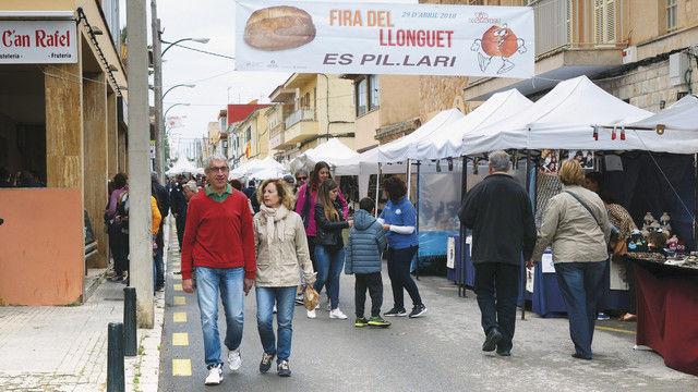 Touristen und Einheimische besuchen den Markt in Es Pillari, der für den Erhalt des Llonguet-Brötchens wirbt – mit Back- und Show-Vorführungen. Verkauft werden auch andere Gebäckspezialitäten. (Quelle: Kauffmann)
