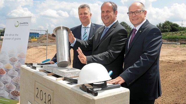 Bei der Grundsteinlegung (von links): Gunnar Steffek (GoodMills Deutschland), Josef Pröll (Muttergesellschaft LLI Beteiligungs AG) und Frank Markmann (GoodMills Deutschland). (Quelle: Unternehmen)