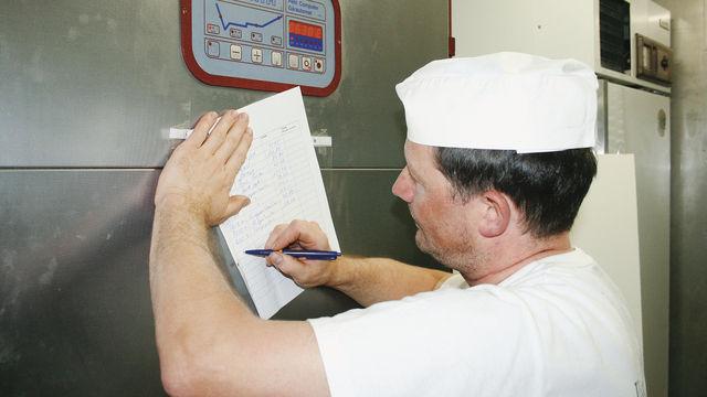 Dokumentation ist immer und fast überall Pflicht, wie hier bei der Erfassung der Temperatur der Kühlanlage. (Quelle: ABZ-Archiv)