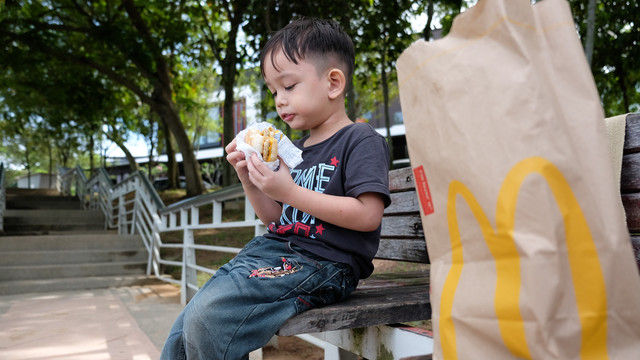 McDonald's hat Eltern in England gefragt, was deren Kinder essen sollen. (Quelle: Shutterstock / Abd. Halim Hadi)