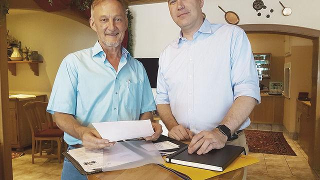 Obermeister Günter Wagner (l.) mit dem neuen Geschäftsführer der Landesinnung, Christopher Kruse. (Quelle: Hopfinger)