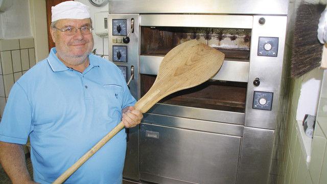 Bäckergeselle und Redakteur:  Dirk Buschmann vor seinem  Backofen. (Quelle: H. Kuhnert)