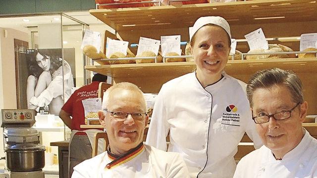 Prüfer Michael Isensee (l.) mit  Daniela Zielinski und Jens Engelhardt. (Quelle: Fischer)