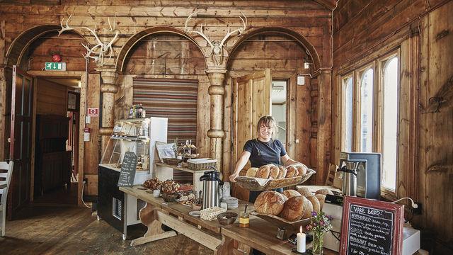Gleich gibt's Frühstück: Servicemitarbeiterin und Verkäuferin Alexina bestückt das Buffet. (Quelle: Betrieb)
