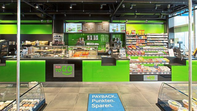An Tankstellen gibt es meist Shops, in denen Kunden nicht nur Lebensmittel erhalten. (Quelle: Aral/Rewe)